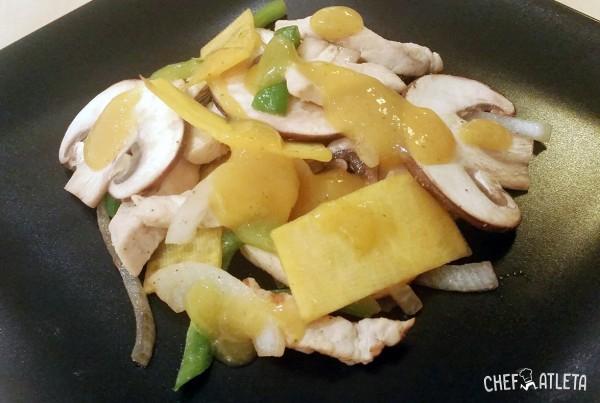 Salteado de pollo con verduras y guacamole de mango