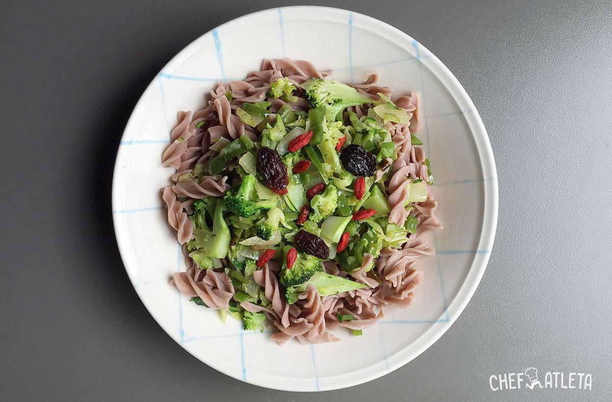 Receta de Fusilli de trigo sarraceno con brócoli, calabacín y pimiento