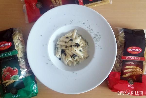 Macarrones con salsa ligera de queso y ajo negro