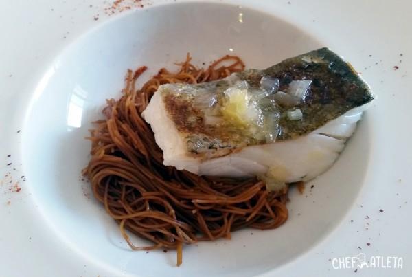 Receta Bacalao confitado con fideos de arroz a la soja y salsa de miel