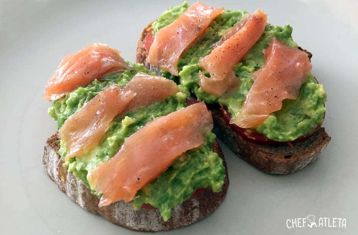 Tosta de tomate guacamole y salm n ahumado recetas - Ensalada de aguacate y salmon ahumado ...