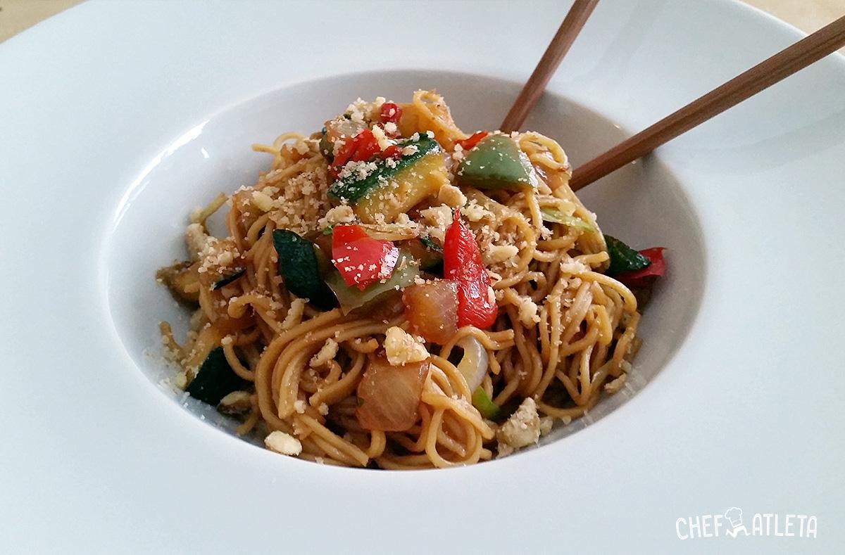 Noodles, verduras de temporada y frutos secos