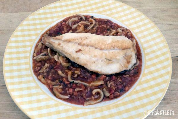 Receta Filetes de rodaballo con calamares en salsa de tomate