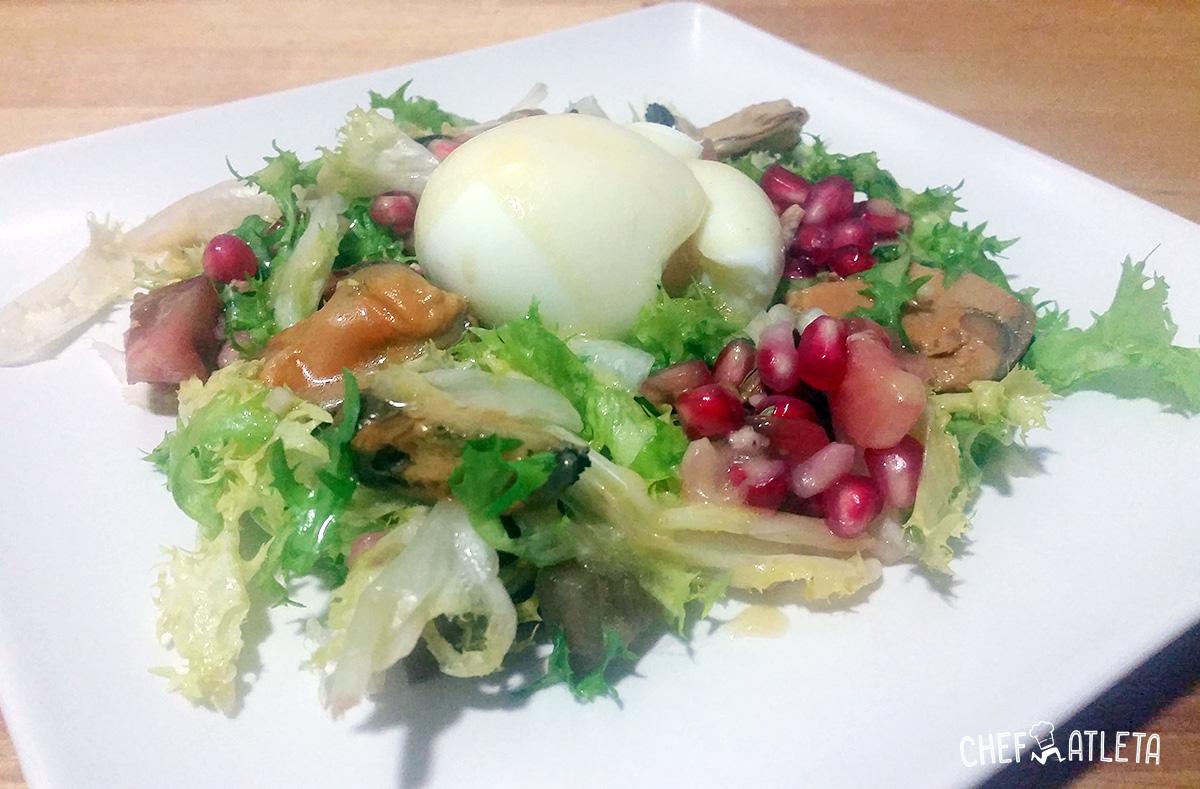 Ensalada de mejillones en escabeche con granada y huevo mollet